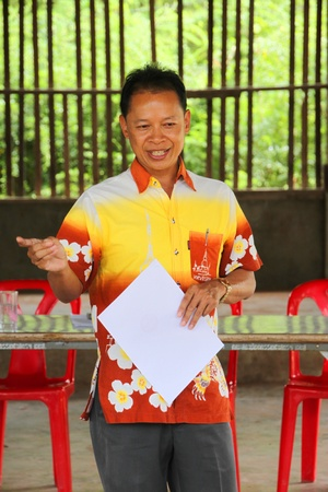 MUANG, MAHASARAKHAM - JUNE 12 : Unidentified officer is speaking to electors how to vote in village level election on June 12, 2012 at Ban Moh (Pottery village), Muang, Mahasarakham, Thailand. Stock Photo - 14335645