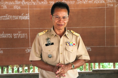 MUANG, MAHASARAKHAM - JUNE 29 : Unidentified officer is speaking to electors how to vote in village level election on June 29, 2012 at Ban Moh (Pottery village), Muang, Mahasarakham, Thailand. Stock Photo - 14339301