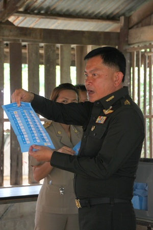 MUANG, MAHASARAKHAM - JUNE 29 : Unidentified officer is announcing scores in village level election on June 29, 2012 at Ban Moh (Pottery village), Muang, Mahasarakham, Thailand. Stock Photo - 14335639