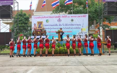Muang, Mahasarakham - 24 de junio: las chicas no identificados est�n realizando la danza del boxeo en el mini - concurso de medio marat�n y el festival el 24 de junio de 2012 a la ciudad plaza, Mahasarakham, Tailandia.