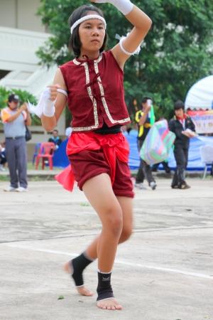 MUANG, MAHASARAKHAM - 24 de junio: ni�a no identificada est� realizando la danza del boxeo en mini - Concurso de media marat�n y el festival el 24 de junio de 2012 a la ciudad plaza, Mahasarakham, Tailandia.