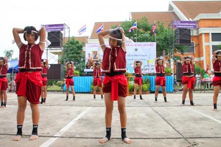 MUANG, MAHASARAKHAM - 24 de junio: las chicas no identificadas est�n realizando danza Boxeo en mini - Concurso de media marat�n y el festival el 24 de junio de 2012 a la ciudad plaza, Mahasarakham, Tailandia.