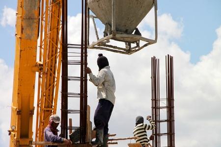 labor relations: Muang, Buriram - 21 de julio: los hombres no identificados est�n trabajando en la obra el 21 de julio de 2012 a Taweekit Plaza, Muang, Buriram, Tailandia.