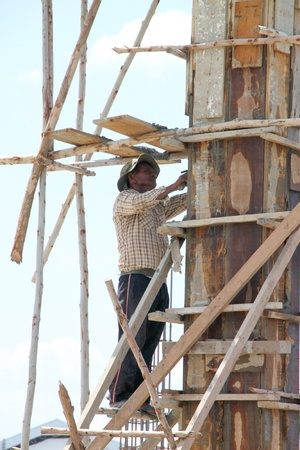 labor relations: MUANG, Buriram - 21 DE JULIO: El hombre no identificado se encuentra trabajando en la obra el 21 de julio de 2012 a las Taweekit Plaza, Muang, Buriram, Tailandia.