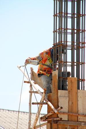relaciones laborales: Muang, Buriram - 21 de julio: el hombre no identificado se encuentra trabajando en la obra el 21 de julio de 2012 a Taweekit Plaza, Muang, Buriram, Tailandia.