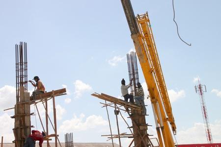 relaciones laborales: Muang, Buriram - 21 de julio: los hombres no identificados est�n trabajando en la obra el 21 de julio de 2012 a Taweekit Plaza, Muang, Buriram, Tailandia.