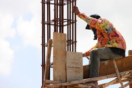relaciones laborales: MUANG, Buriram - 21 DE JULIO: El hombre no identificado se encuentra trabajando en la obra el 21 de julio de 2012 a las Taweekit Plaza, Muang, Buriram, Tailandia.