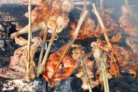 gridiron: Barbacoa de pollo a la parrilla en la estufa de carb�n parrilla Foto de archivo