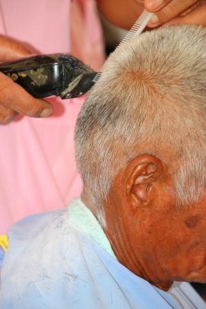 Coupe de cheveux, coiffeur au travail avec des ciseaux, tondeuse � cheveux peigne et �lectrique