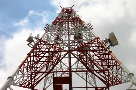 Tour de t�l�communication et de l'antenne contre le ciel
