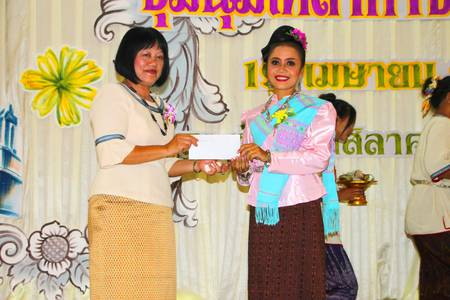 MUANG, MAHASARAKHAM - APRIL 19 : The unidentified woman is giving reward to group of rice offering dancers in red cross region 5 conference on April 19, 2012 at Taksila Hotel, Muang, Mahasarakham, Thailand.