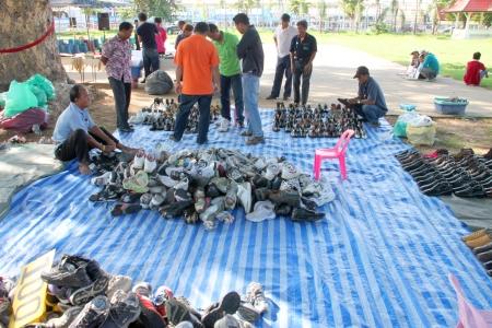 comprando zapatos: MUANG, MAHASARAKHAM - 14 DE JULIO: Los clientes no identificados est�n comprando zapatos de vendedores ambulantes el 14 de julio de 2012 a la ciudad plaza, Muang, Mahasarakham, Tailandia.