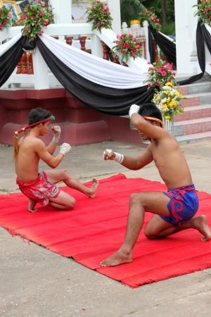 MUANG, MAHASARAKHAM - 22 de agosto: Hombres no identificados est�n realizando espect�culo de boxeo tailand�s en el funeral el 22 de agosto de 2012 a Wat Aphisit, Muang, Mahasarakham, Tailandia.