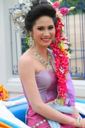 promotes: MUANG, MAHASARAKHAM - 25 de agosto: parader escuela no identificada est� en marcha en los d�as de deporte, promueve actividades buenas y malas protestas en las cuestiones sociales el 25 de agosto de 2012 a la ciudad plaza, Muang, Mahasarakham, Tailandia.