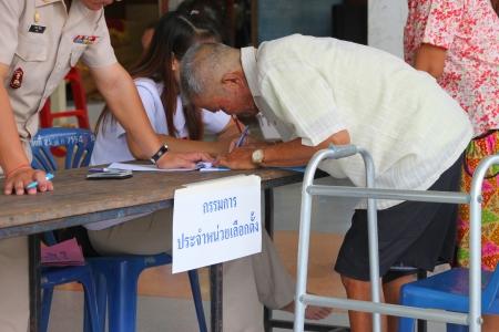 MUANG, MAHASARAKHAM - SEPTEMBER 4 : Unidentified voter is voting village headman on September 4, 2012 at Wat Ban Hin Lat, Tha Song Kon, Muang, Mahasarakham, Thailand. Stock Photo - 15079679