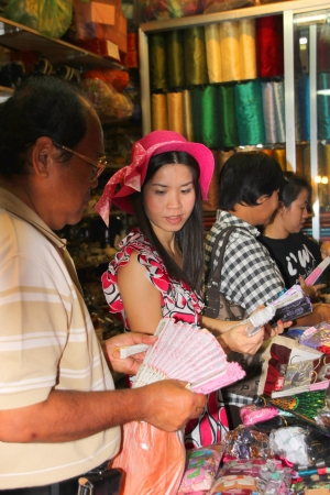 cambodge: SIEMREAP, KHMER REPUBLIC - NOVEMBER 7 : The unidentified tourists are buying souvenirs on November 7, 2011 at central market, Siemreap, Khmer Republic.