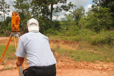 MUANG, Mahasarakham - 10 SEPTEMBRE: Homme non identifi� est l'arpentage zone d'emplacement pour construire un grand barrage le 10 Septembre 2012 � r�servoir local, Bua Kor, Muang, Mahasarakham, Tha�lande.