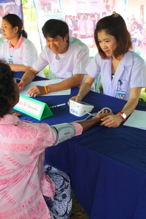 MUANG, MAHASARAKHAM - SEPTEMBER 19 : Unidentified nurses are giving healthcare services in public secter services mobile project on September 19, 2012 at Wat Don Whan, Muang, Mahasarakham, Thailand. Stock Photo - 15453121