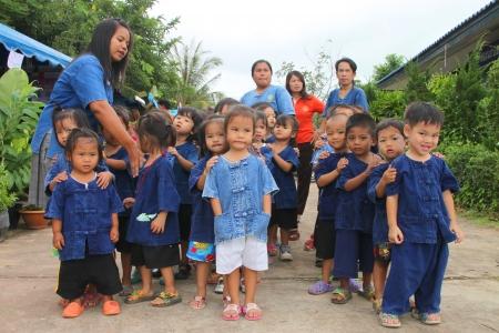MUANG, Mahasarakham - 5 octobre: ??Enfants non identifi�s sont d�filant de mani�re saine de la vie du festival le 5 Octobre 2012 � terrain de sport, Kerng administration locale institut, Muang, Mahasarakham, Tha�lande.