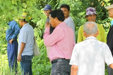 relaciones laborales: MUANG, MAHASARAKHAM - 21 de septiembre: Hombres no identificados est�n explorando terreno y l�mite el 21 de septiembre de 2012 a las plantaciones rural de Muang, Mahasarakham, Tailandia.