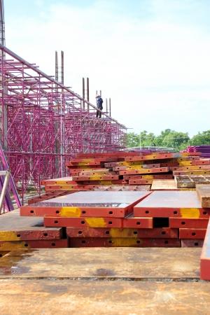 labor relations: MUANG, Buriram - 23 DE SEPTIEMBRE: Hombres no identificados est�n trabajando en la obra el 23 de septiembre de 2012 a las Taweekit Plaza, Muang, Buriram, Tailandia. Editorial