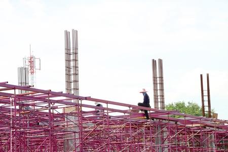 relaciones laborales: MUANG, Buriram - 23 DE SEPTIEMBRE: Hombres no identificados est�n trabajando en la obra el 23 de septiembre de 2012 a las Taweekit Plaza, Muang, Buriram, Tailandia. Editorial
