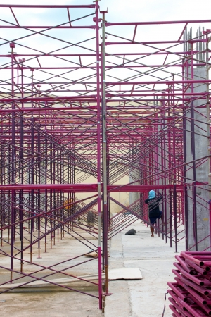relaciones laborales: MUANG, Buriram - 1 DE SEPTIEMBRE: El hombre no identificado se encuentra trabajando en la obra el 1 de septiembre de 2012 a las Taweekit Plaza, Muang, Buriram, Tailandia. Editorial