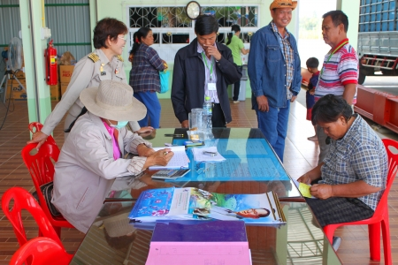 public project: MUANG, MAHASARAKHAM - NOVEMBER 16 : Unidentified farmers are checking weight of paddy while  selling in rice commercial public project on November 16, 2012 at Agricultural Cooperative, Muang, Mahasarakham, Thailand.