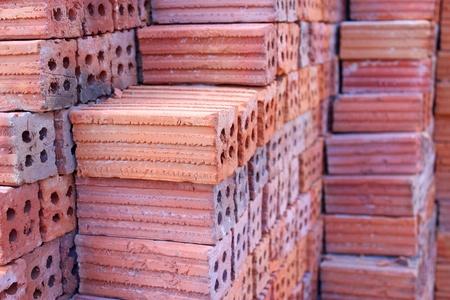 ordelijk: Ordelijke stapel bouw rode gebakken klei bakstenen