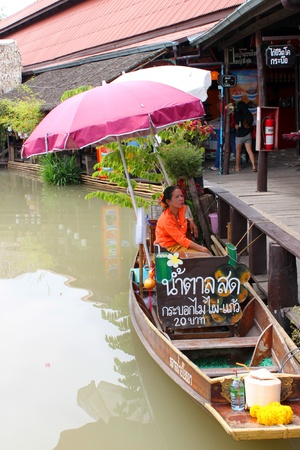 AYUTTHAYA, THAILAND - JANUARY 6 : Unidentified woman is sitting on boat and selling food in Ayothaya Floating Market on January 6, 2013 at Ayutthaya, Thailand. Stock Photo - 17356146