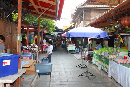 SAM CHUK, SUPHAN BURI - JANUARY 6 : Unidentified tourists are shopping in 100 years market on January 6, 2013 at old market by Tha Chin river(Talad Sam Chuk), Sam Chuk, Suphan Buri, Thailand. Stock Photo - 17950138