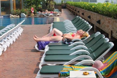 BANGKOK, THAILAND - 19. M�rz: Unidentified Touristen sind von Pool auf 19. M�rz 2013 im Prince Palace Hotel, Boe Bae Tower, Bangkok, Thailand entspannen.