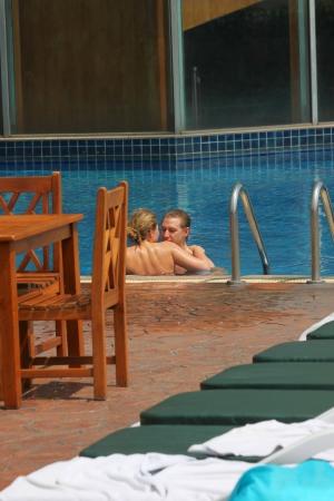 BANGKOK, THAILAND - 20. M�rz: Unidentified Touristen sind von Pool auf 20. M�rz 2013 im Prince Palace Hotel, Boe Bae Tower, Bangkok, Thailand entspannen.
