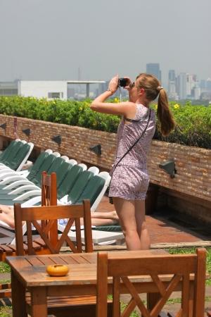 BANGKOK, THAILAND - 19. M�rz: wird identifiziert Frau, die Fotografie von Schwimmbad auf 19. M�rz 2013 im Prince Palace Hotel, Boe Bae Tower, Bangkok, Thailand.