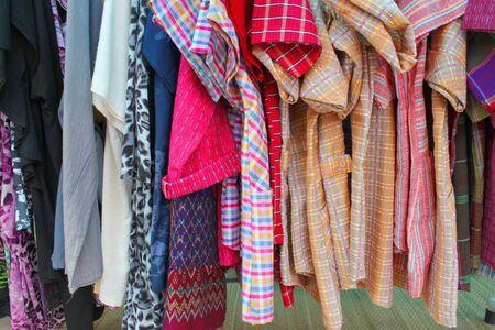 impiccata: vestiti impiccati da vendere nel mercato sentiero Archivio Fotografico