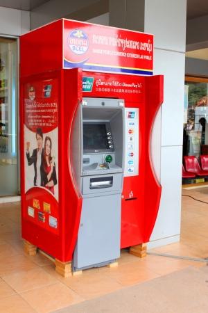 automatic teller machine: VANG TAO, LAO PDR - 28 de julio Cajero autom�tico en el Thai - Lao centro de negocios frontera el 28 de julio de 2013 en Vang Tao, Lao PDR