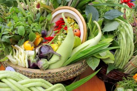 Noordoostelijke Thaise lokale groenten en fruit in de mand decoratie Stockfoto