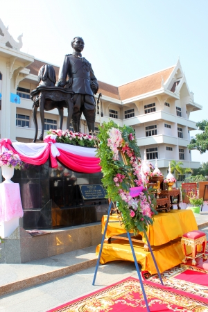 extol: MAHASARAKHAM - OCTOBER 23   Provincial governor wreath is laid for salute King Chulalongkorn statue in front of provincial hall on October 23, 2013 in Mahasarakham, Thailand