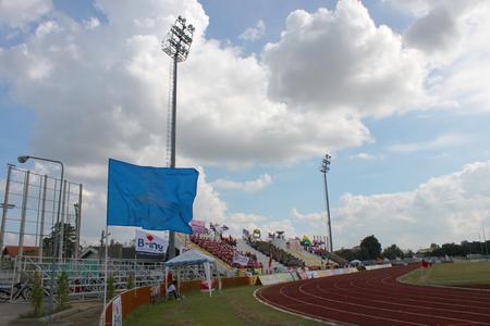educacion fisica: Mahasarakham - NOVIEMBRE 8 estudiantes universitarios no identificados est�n animando a la educaci�n f�sica al aire libre en el estadio 12 de Ti Copa ceremonia de clausura el 8 de noviembre de 2013, de Mahasarakham, Tailandia