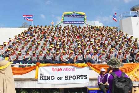educacion fisica: Mahasarakham - 08 de noviembre los estudiantes universitarios no identificados est�n animando a la educaci�n f�sica estadio al aire libre en la 12 � ceremonia de clausura Ti Copa el 8 de noviembre de 2013 en Mahasarakham, Tailandia Editorial