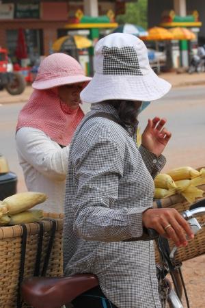 ka: KA LAN, CAMBODIA - NOVEMBER 23   Unidentified Khmer women are selling boiled corn at local market on November 23, 2013 in Ka Lan, Cambodia