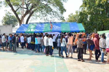 recolectar: Mahasarakham, Tailandia - el 02 de febrero La gente se re�ne todo el a�o para las elecciones generales en el colegio electoral de la Universidad Rajabhat el 2 de febrero de 2014 en Mahasarakham, Tailandia
