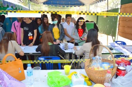 encuestando: Mahasarakham, Tailandia - el 02 de febrero La gente se re�ne todo el a�o para las elecciones generales en el colegio electoral de la Universidad Rajabhat el 2 de febrero de 2014 en Mahasarakham, Tailandia