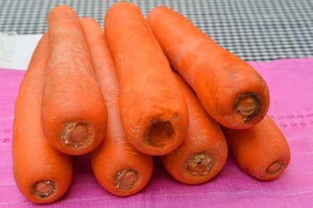 tela algodon: pila de zanahorias org�nicas en el pa�o de algod�n