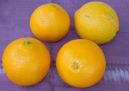 tela algodon: Naranjas en el pa�o p�rpura de algod�n