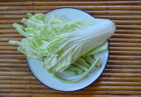 contorni: Cavolo e cow-pisello cinesi verdure come piatti di cibo e laterali