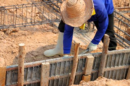 obrero trabajando: trabajador está preparando el trabajo en forma de obra de construcción