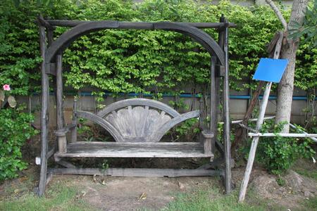 clima tropical: Oscilación de madera colgantes del asiento en el jardín clima tropical Foto de archivo