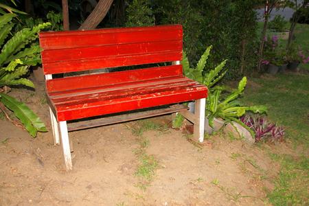 Helecho En Macetero Y Muebles De Silla De Madera Decorados En Jardín ...