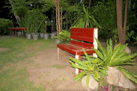 Muebles De La Silla De Madera Decorada En El Jardín Tropical En La ...